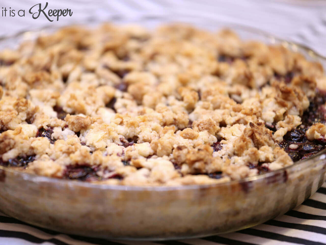 Easy Blueberry Crumb Pie - this easy pie recipe doesn't use a traditional pastry crust and is super easy to make