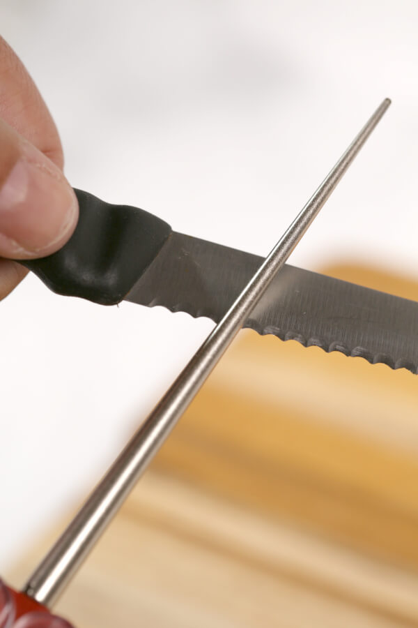 how to sharpen serrated knives