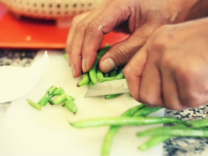 how to trim green beans on a cutting board with knife