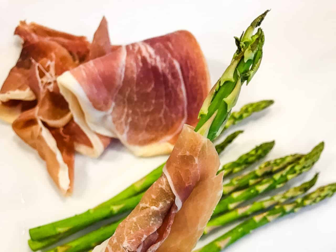 asparagus with prosciutto wrapped around it